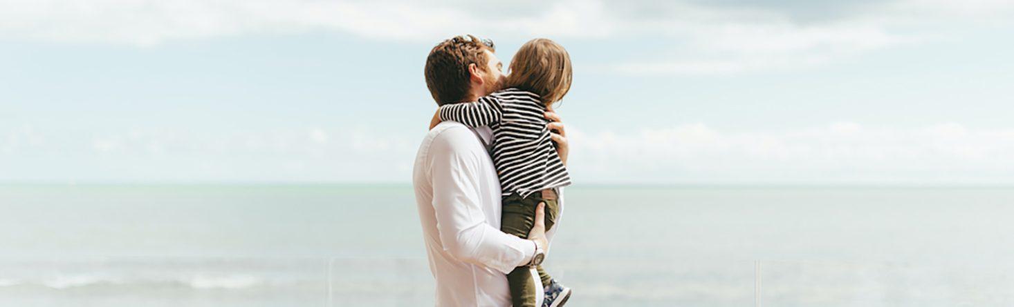 pai e filho criança na praia de japaratinga