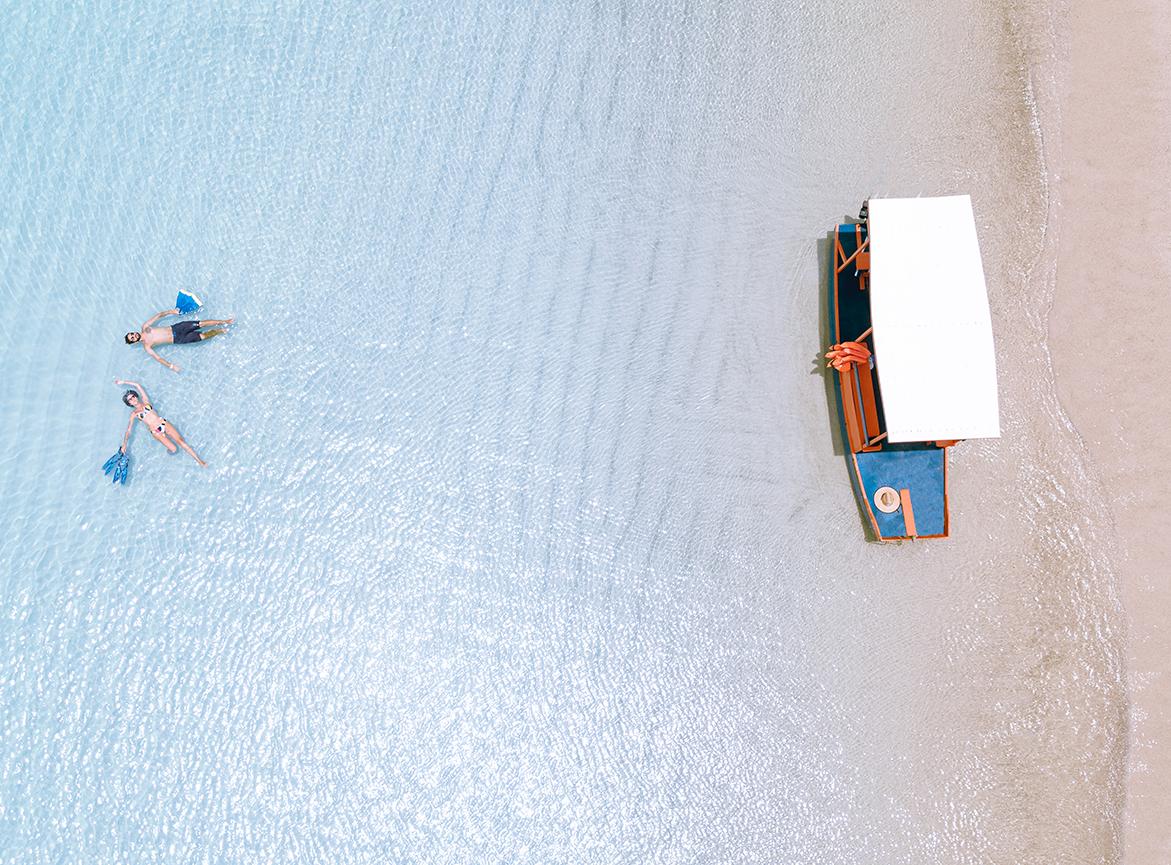 Casal relaxando e boiando nas águas da Croa de São Bento