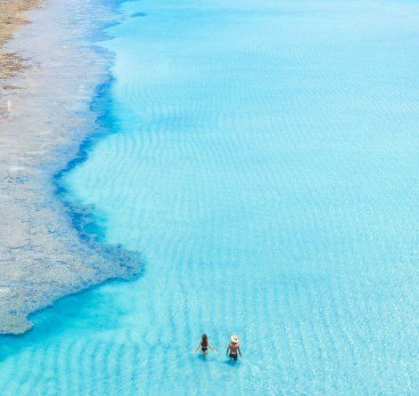 casal andando pelas águas da croa de são bento