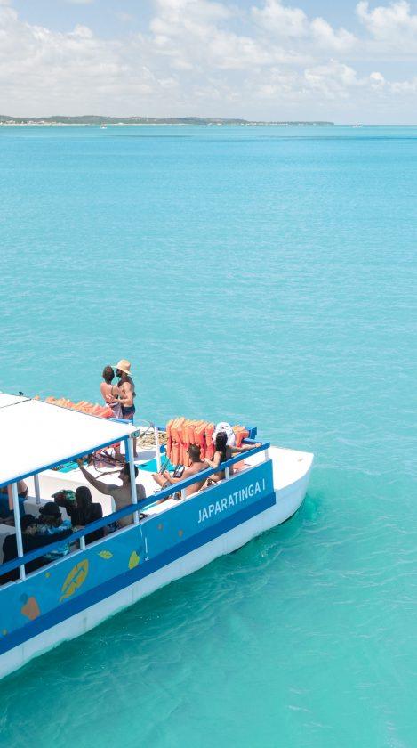 casal no catamarã do japaratinga lounge resort