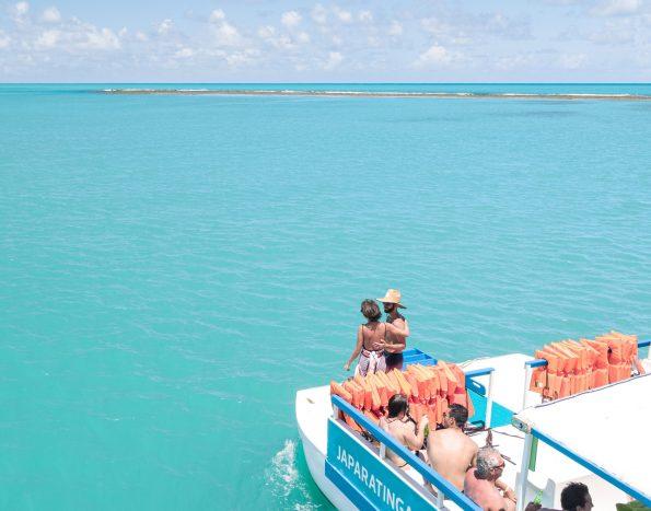 foto aérea do catamarã do resort no mar