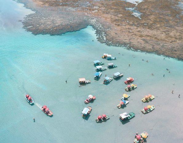 foto aérea das piscinas naturais de são miguel dos milagres composta por muitas jangadas