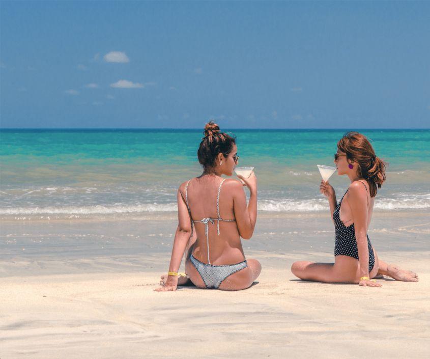 Amigas curtem drink em praia de Japaratinga