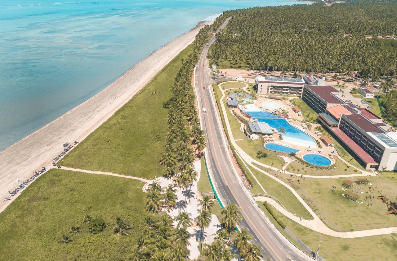 Estrutura completa do Japaratinga Lounge Resort em frente à praia.