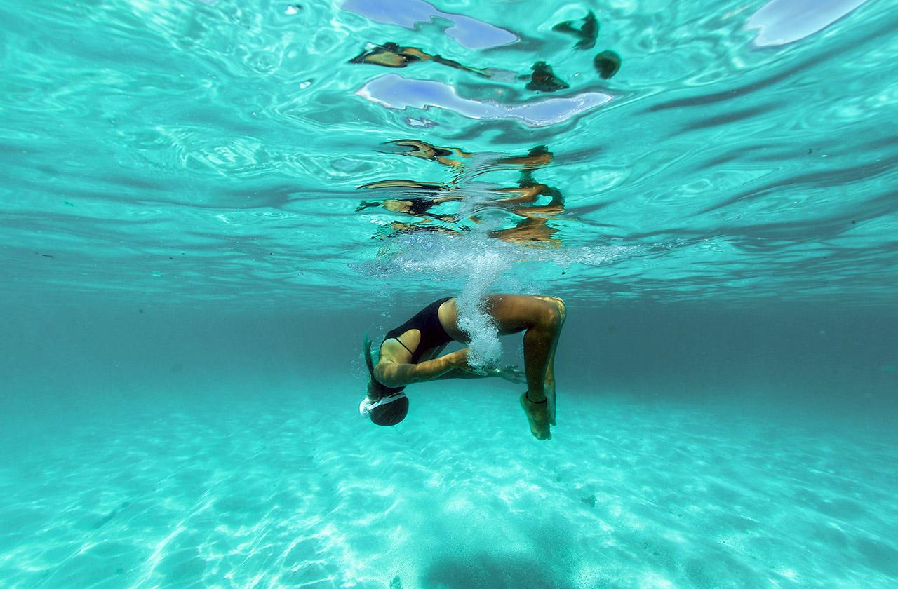 Visão subaquática de um mergulho no mar azul de Japaratinga.