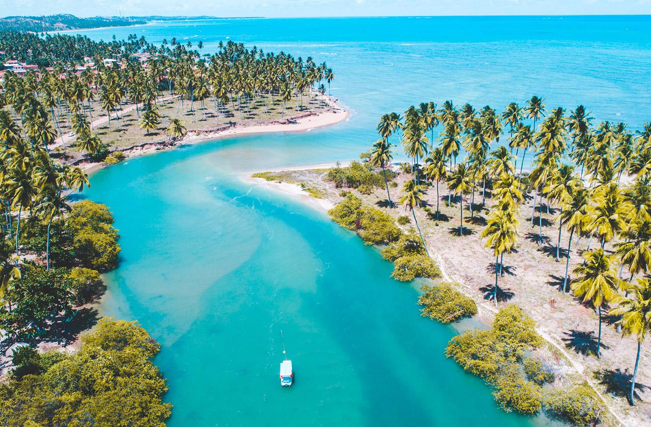 Encontro do Rio Salgado com o mar de Japaratinga.