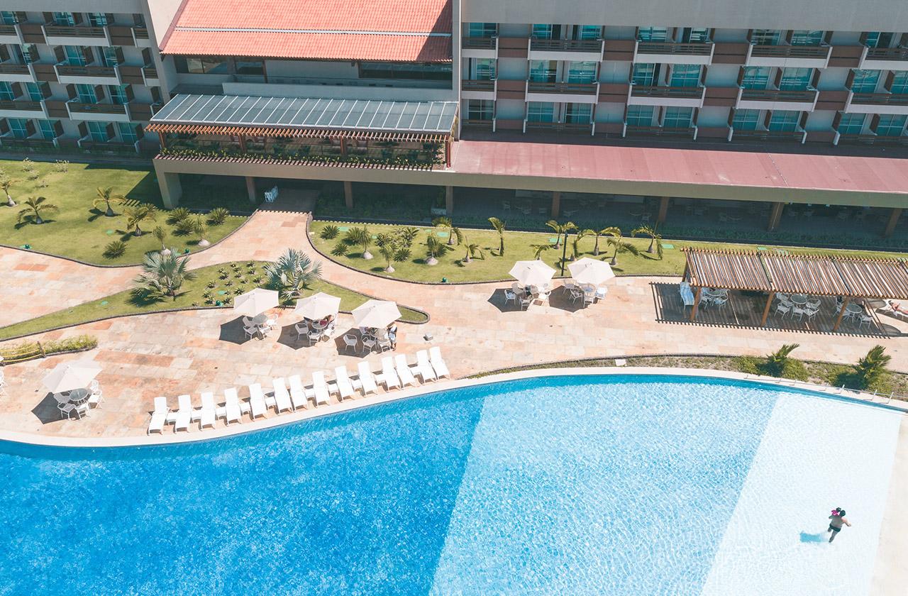 Visão aérea de parte da estrutura com piscina do Japaratinga Lounge Resort
