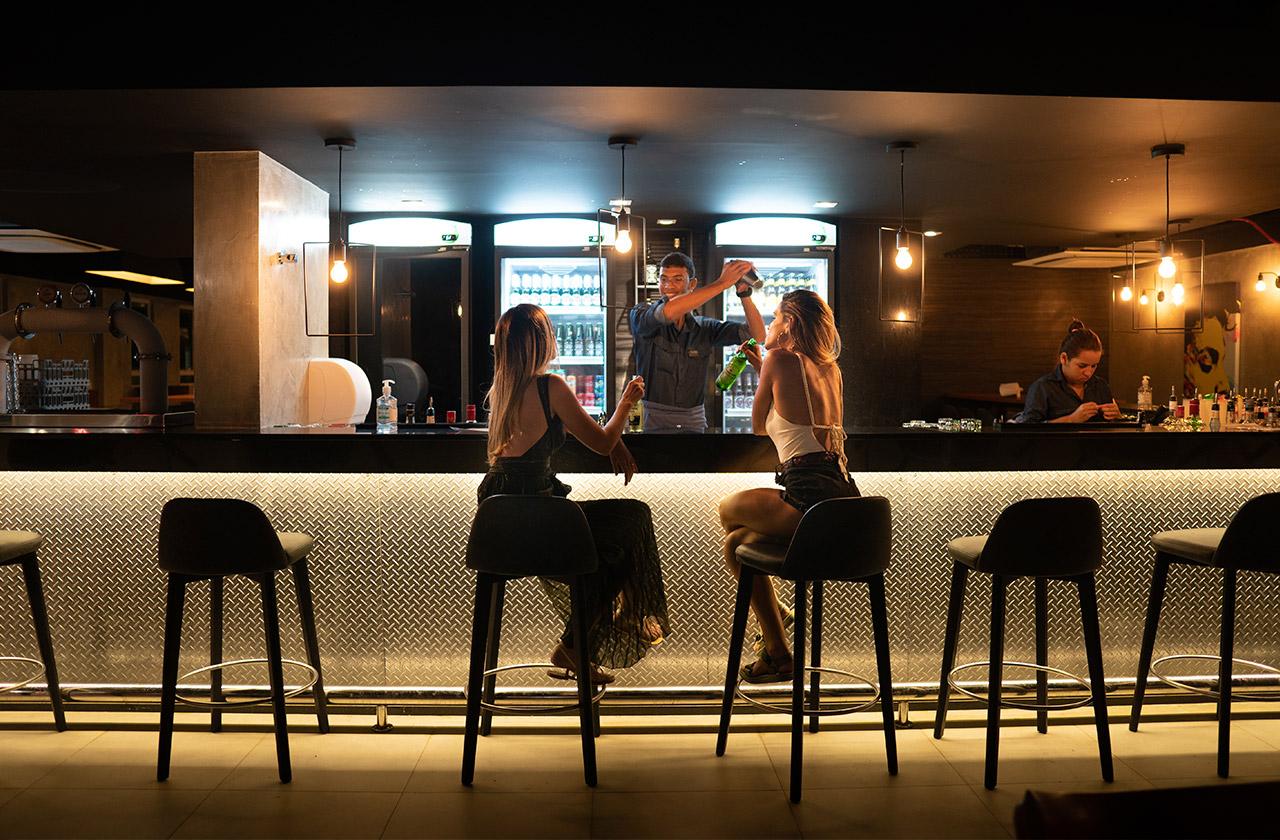 Bebendo drinks e cervejas no pub do Japaratinga Lounge Resort
